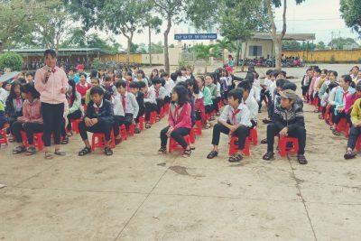Công an Thị xã Buôn Hồ phối hợp với Đội tuyên truyền An toàn giao thông, ma túy, bạo lực học đường…tặng quà các em học sinh nhân ngày Tết Nguyên đán